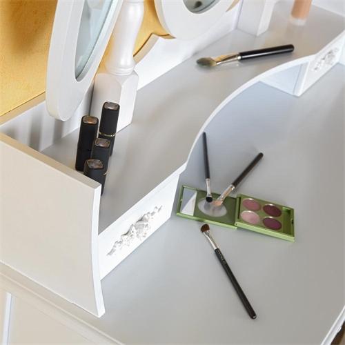 Frisierkommode mit vielen Fächern für Kosmetikartikel.